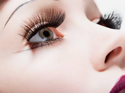 女人眼妝化太濃當心眼結石的發生