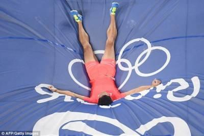 GG啦!撐竿跳奧運選手30CM直撞橫桿,網友驚呼「好痛」