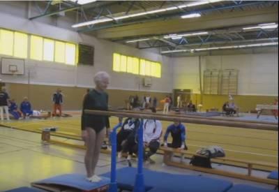 高齡90歲的奶奶在慫恿下穿下韻律衣「走到了體操雙槓」前!下一秒發生的事情會讓你不敢相信自己的眼睛!