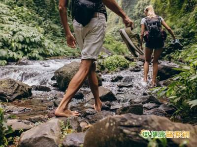 郊外溪邊踏青 小心水蛭爬上身!