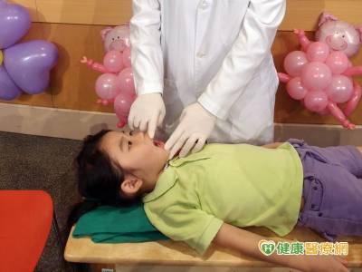 刷牙先口腔按摩 身心障礙童乖乖刷牙