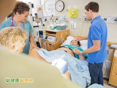老公緊握老婆的手 可減輕產痛