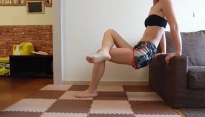 這款居家運動很可以~利用「沙發運動」消除大腿肉+掰掰袖+背後肉! 屁股 不落地就先贏一半了啦!