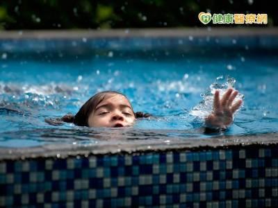 游泳上岸後 還是可能發生乾溺 二度溺水