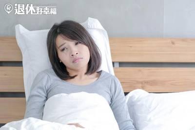 睡不著時,不必勉強自己!3個幸福語錄,失眠真的讓人好焦慮...