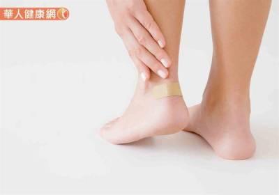 新鞋老是「咬腳」?皮膚科醫師傳授5招,告別腳跟破皮流血