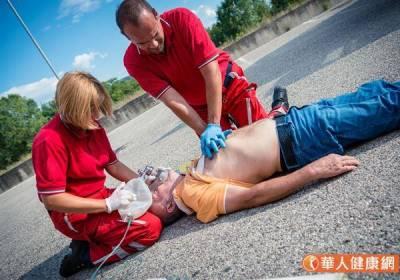 路人抽搐暈倒怎麼辦?謹記:CPR+AED急救4口訣