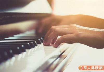 彈鋼琴3手指難抬起~造成肌腱斷裂,竟是這個疾病….
