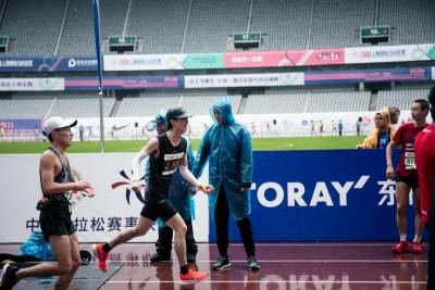 狂喝「竹蔗馬蹄水」增加爆發力!廖允杰上海全馬完賽,成為演藝圈最速男人...