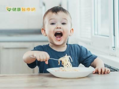 讓孩子學會自主吃飯 最佳時機點是這時候