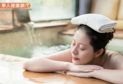 冬天泡溫泉不踩雷 一次看懂皮膚炎 毛囊炎問題