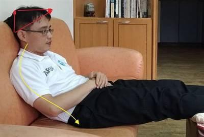愛躺沙發?小心壓迫頸椎害三叉神經痛5疾病上門,這樣坐不NG