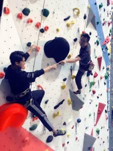 海巡宋仲基退伍改名「趙元赫」出道闖星河,挑戰全台最豪華攀岩場 跟老闆吉米一起互尬米開朗基羅pose竟磨破皮