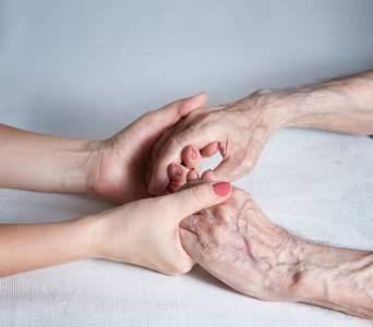 兒子堅持爸爸為生命戰到最後一刻!一位安寧緩和照護醫師的告白:如何解除醫病關係的掙扎?