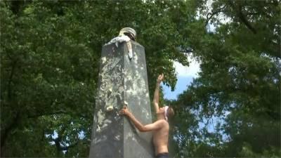 美國海軍學校升格傳統 大一生合力攻頂方尖碑