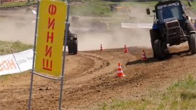 改裝拖拉機上賽道 大秀技巧比速度
