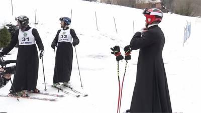 神父限定滑雪賽!紀念已故教宗若望保祿二世