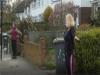 英國實施禁足令 教練自家門口開健身課