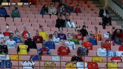 疫情嚴峻足球賽觀眾席竟都是人?拉近一看驚呆了
