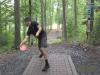 飛盤高爾夫驚奇 出手跌倒竟精準擊中標竿 小白球換成飛盤比賽