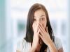 「口臭」其實是身體發出的警告?!甚至與肝功能或腎功能衰竭有關...