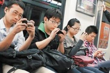 震驚!25歲女孩整天手機不離手,耳朵居然長出這種東西...每天玩手機的人一定要看!請轉發給你的朋友...
