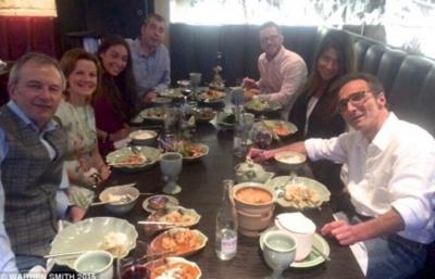這位54歲的男子正在與親朋好友開心的聚餐,但這居然是他的最後一頓晚餐...