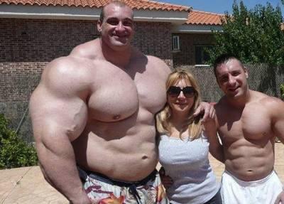 真人版綠巨人浩克現身!同齡朋友站在他旁邊都小一號...超巨大肌肉嚇歪網友!但竟然被網友發現他...