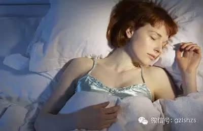 睡覺時,枕頭旁邊放「這個東西」會讓你少活10年!太恐怖了,竟然不是手機,而是他...